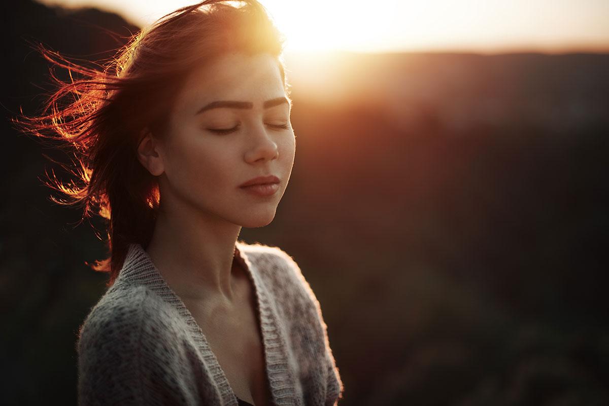 A Mãe ta OFF! Foto de mulher de olhos fechados ao por do sol