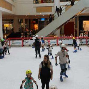 Pista de Patinação no Gelo garante férias da Garotada