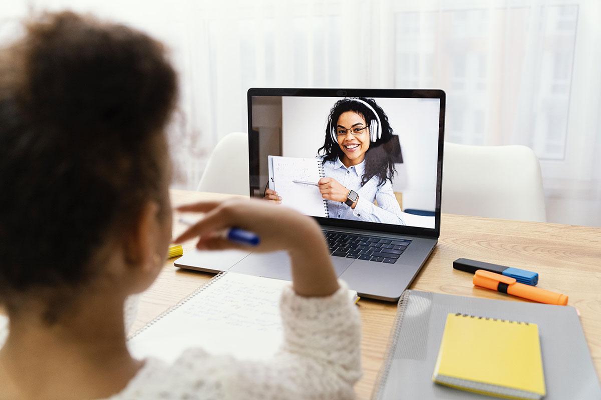 Criança focada na aula online